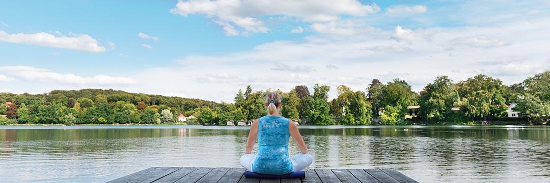 Annegret Scholte meditierend af einem Steg