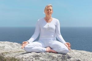 Yogalehrerin Anne Scholte im Yogasitz