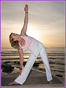 Yoga-Übung am Strand bei Sonnenuntergang